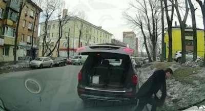 За выброшенный из машины мусор чиновника выгнали из «Единой России»